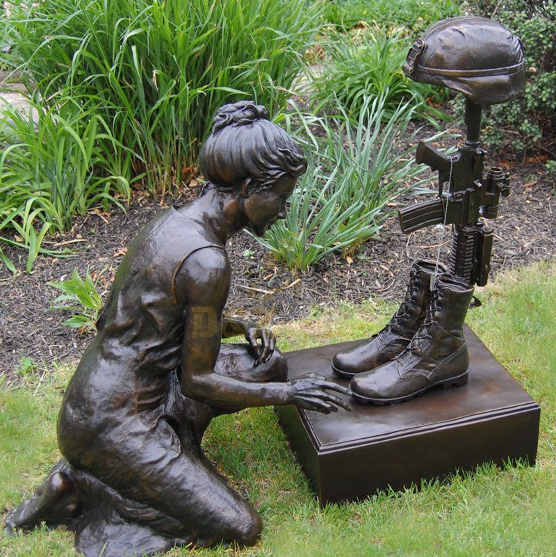 Cast bronze hot sell woman bowing down to fallen soldier battle cross statue