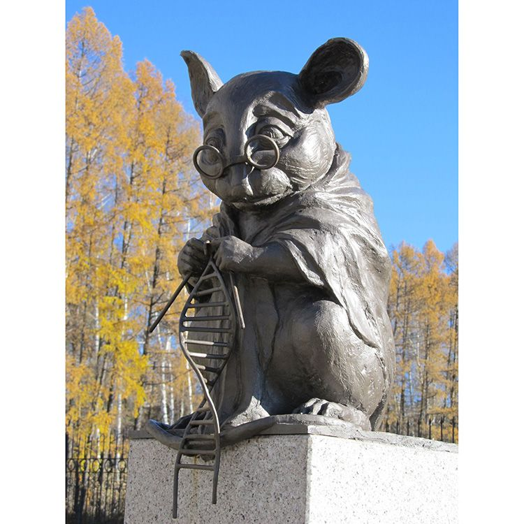 Outdoor famous bronze mouse knitting dna statue replica for sale