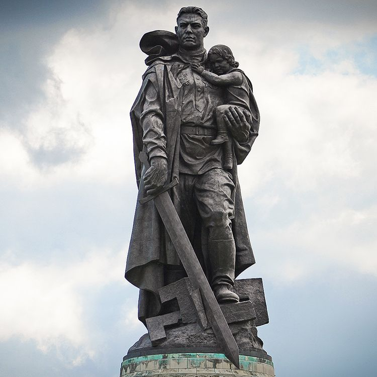 army soldier statue